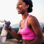 Femme qui utilise un accessoire de running