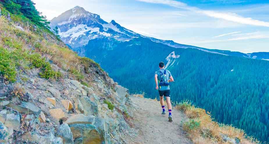 Trail en montagnes avec un gilet d'hydratation